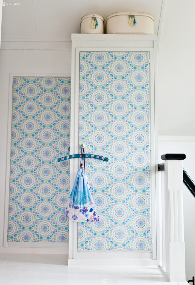 Decorar un armario con rayas un cambio simple y moderno for Papel pintado para puertas