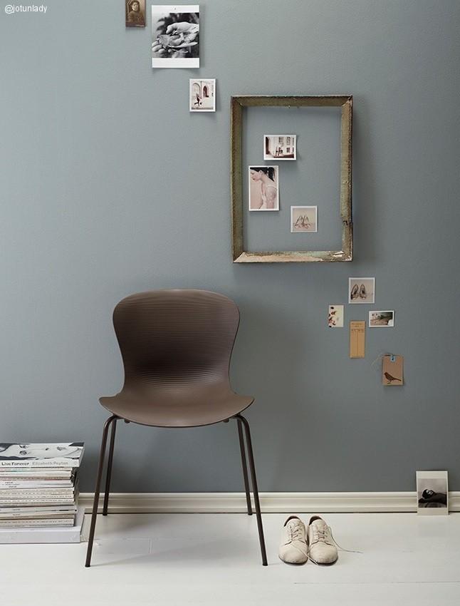 Composición de todos en pared azul