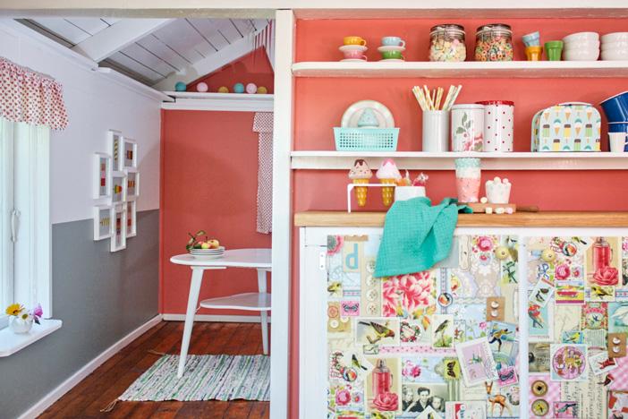 Una casita de jardín con colores frescos