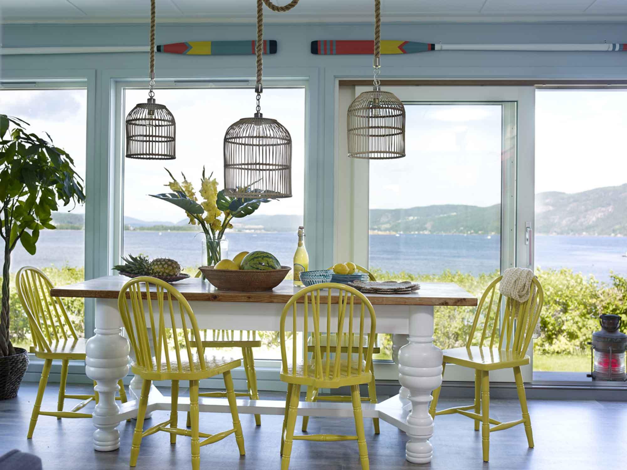 Una cabaña de estilo nórdico y colores de verano