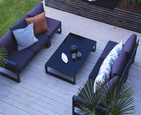 La Decoración De Una Terraza Con Muebles De Madera